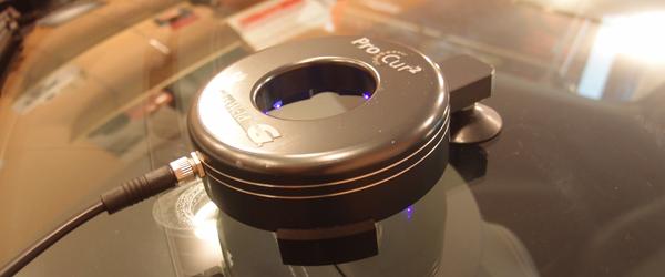 ウインドリペア機材を外して紫外線ランプにて本硬化工程を行っている様子の写真画像