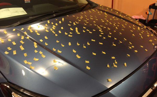 雹(ひょう)被害に遭った車のボンネット画像